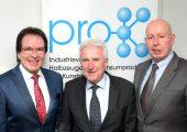 Treffen der Generationen: Klaus-Uwe Reiß (links) ist der neue Vorstandsvorsitzende von Pro-K, neben ihm steht Manfred Zorn, sein Vorgänger. Rechts neben ihm steht Ralf Olsen, Geschäftsführer des Industrieverbands. (Bildquelle: Pro-K)