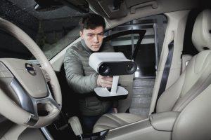 Das integrierte Akkupack und der ergonomische Griff des 3D-Scanners Artec Leo sorgen für ein einfaches, kabelloses Handling und ermöglichen das Arbeiten auch an schwer zugänglichen Orten. (Bildquelle: Artec)