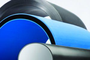 Seit rund einem Jahr produziert der dänische Kunststoffverarbeiter Emtelle mit der Extrusionslinie Vier-Schicht-Rohre in einem Durchmesserbereich von 200 bis 800 mm gemäß SDR-Klassifizierung (DIN 8074) sowie in Sondergrößen. (Bildquelle: Battenfeld-Cincinnati)