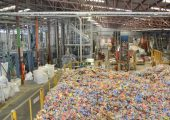Hier werden 2000t PET-Flaschen pro Monat aufbereitet. (Bildquelle: Herbold)
