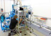 Versuchsbetrieb des Prototyps an einer Doppelschnecke und Wasserbadkühlung (Bildquelle: Fraunhofer Umsicht)