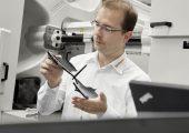 Sebastian Wiebel, Leiter Produktion HUD-Spiegel bei Continental, prüft die Qualität der Spritzteile. (Bildquelle: alle Arburg)