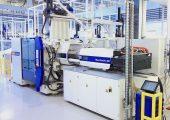 Für die Herstellung der Spülmaschinentabs kommen Produktionszellen rund um die servo-elektrische Spritzgießmaschine Macropower E 450/2100 von Wittmann Battenfeld zum Einsatz. (Bildquelle: Reinhard Bauer)
