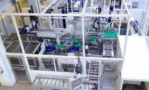 Jeder Werkstückträger durchläuft eine automatische Vision-Control-Station (im Bild Mitte links) zur Qualitätskontrolle. (Bildquelle: Reinhard Bauer)
