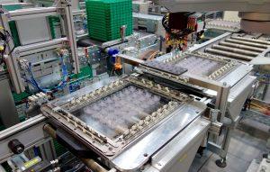 Fehlerhafte Teile werden nach der Qualitätssicherungsstation von einem Pick-und-Place-Roboter aussortiert und durch Gutteile aus einem Pufferspeicher ersetzt. (Bildquelle: Reinhard Bauer)