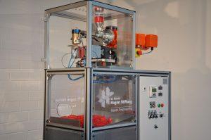 Kleinst-Blasformmaschine (Artikelvolumen < 40 ml) zur Untersuchung der grundsätzlichen Blasformfähigkeit mit kleinen Materialmengen (Bildquelle: Dr. Reinold Hagen Stiftung)