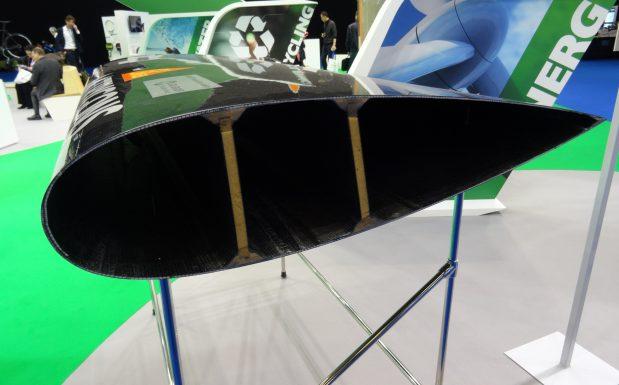 Dieser hohle Flügel für Windkraftanlagen wurde in einem einstufigen RTM-Prozess hergestellt. Das Gelege besteht aus einer Mischung von Karbon- und Glasfaser, die Matrix aus Vinylester. (Bildquelle: David Löh/Redaktion Plastverarbeiter)