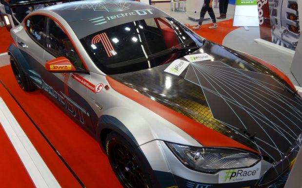 Teslas Modell S mal anders: Leichtbauteile auf Basis von Flachsfasern an Dach und Motorhaube senken das Gewicht deutlich. Dieser Tesla fährt in der Electric GT World Series, die im Jahr 2017 das erste Mal stattfindet. (Bildquelle: David Löh/Redaktion Plastverarbeiter)