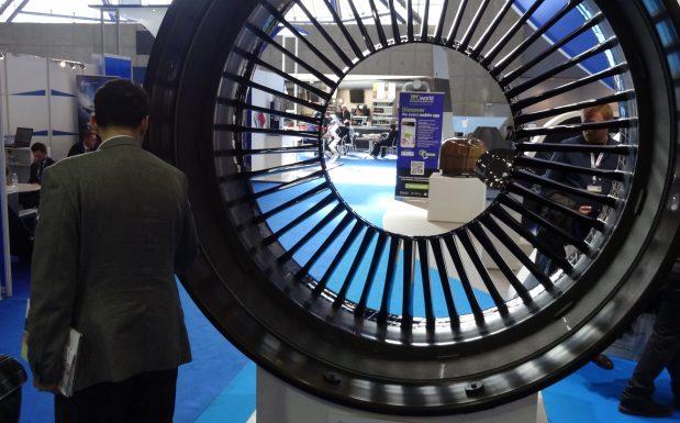 Einfach mal die großen Räder drehen: Diese Schaufel und  Gebläsegehäuse einer Flugzeugturbine bestehen aus thermoplastischen Karbonfaser-Verbundkunststoffen und sind 20 Prozent leichter als die Serienbauteile des Gebtriebfan-Triebwerks PW1100G-JM. Hersteller ist die japanische IHI-Corporation.