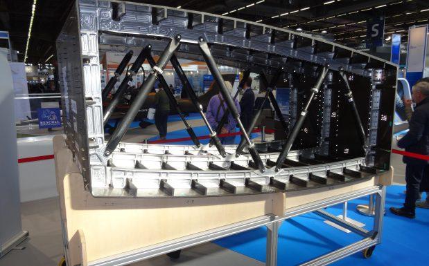 Der Flügelmittelkasten eines Airbus A320 wurde mittels einstufigem RTM-Prozess hergestellt. Dadurch ist das Flugzeug-Bauteil um 20 Prozent günstiger und um 5 Prozent leichter. (Bildquelle: David Löh/Redaktion Plastverarbeiter)