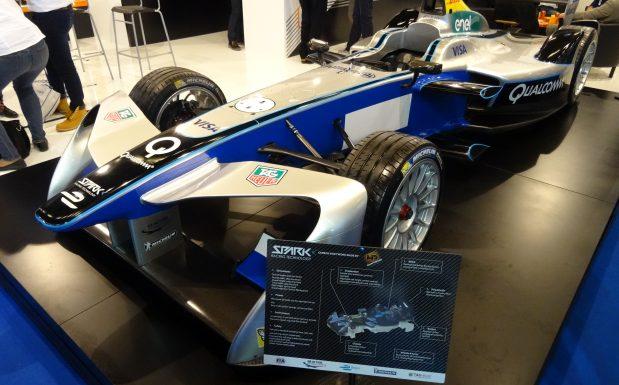 Das Monocoque dieses Formel-1-Fahrzeugs besteht aus einem Karbon/Aluminium-Materialmix. Die restliche Karosserie aus Carbon und Kevlar. (Bildquelle: David Löh/Redaktion Plastverarbeiter)