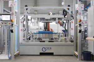 Mit der Verfahrenskombination von Kleben und Ultraschallschweißen sinkt die Aushärtezeit, gemessen als Zeit vom Fügen der Rohteile bis zur Handlingfestigkeit, auf fünf bis zehn Sekunden. (Bildquelle: ASS Maschinenbau)
