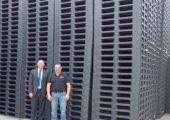 Gutes Ergebnis: Peter Zimmermann (li.), Gründer von Zimmermann-KT, und Michael Bechtel(re.) vor den Paletten, die mit der neuen Maschine BI Power VH 2700-56000 bei MBSpritzgusstechnik produziert werden. (Bildquelle: Bildquelle:  Zimmermann-KT)