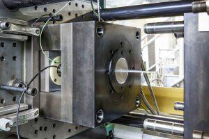 Das Fraunhofer LBF, Darmstadt, hat ein Spritzgieß-Messwerkzeug entwickelt, mit dem sich Adhäsionskräfte quantifizieren beziehungsweise antiadhäsive Beschichtungen und Formmasserezepturen analysieren lassen. (Bildquelle: Fraunhofer LBF)