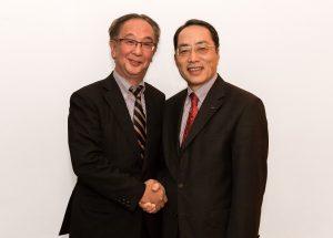 Mitutoyo ernannte Shigeyuki Sasakis (l.) zum Europachef. Sein Vorgänger, Harumi Aoki, widmet sich fortan dem buddhistischen Glauben zu. (Bildquelle: Mitutoyo)
