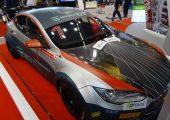 Eine schnelle Leichtbauanwendung: Dach und Motorhaube bestehen aus Faserverbundkunststoffen auf Basis von Flachsfasern. Der Tesla Modell S ist für Autorennen konzipiert. (Bildquelle: David Löh/Redaktion Plastverarbeiter)