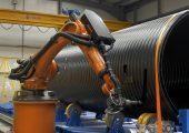 Der Sechsachsroboter mit Frässpindel bearbeitet das Weholite-Kunststoffrohr präzise.  (Bildquelle:  alle Kuka)