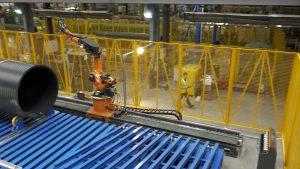 Dank der Barrierefreiheit des Systems kann der Roboter auf der mitgelieferten Lineareinheit direkt an das Bauteil heranfahren.