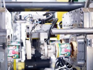 Das IML-Verfahren eignet sich für schnelllaufende Verpackungsanwendungen. (Bildquelle: Arburg)