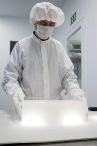 Die Spezialsilikone werden unter Reinraumbedingungen abgefüllt und verpackt. So wird vom Endprodukt bis zur Rohstoffquelle kontrollierte Reinheit gesichertt (Bildquelle: Wacker Chemie)