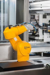Im Kameramodul findet die Rund-um-Kameraprüfung mithilfe eines Roboters von Stäubli, Beyreuth, statt. Der Sechsachs-Roboter TX 40 hält das Produkt vor die Kamera und dreht es dabei. (Bildquelle: Hekuma)