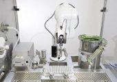 Die Roboter sind heute fest etablierter Bestandteil beim Abfüllen und Verpacken in der Medizin- und Pharmaindustrie. (Bildquelle: Stäubli)