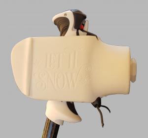 Die Ski-Prothesenhand ermöglicht das Halten eines modernen Skistockes.