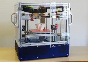 Der Multimaterialdrucker kann neben dem gängigen Thermoplast PLA, auch ABS (erhöhte Temperaturbeständigkeit), PC (höhere Schlagzähigkeit), und TPE (gummiartig) ausdrucken.