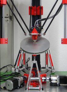 Der Sechs-Achsen Deltadrucker kann Geometrien mit Überhängen ohne Stützmaterialien drucken und eignet sich hervorragend für Freiformgeometrien, welche bei den Handprothesen häufig auftreten.