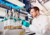 Herstellung von Bio-Anilin im Labor: Dr. Wolf Klöckner überwacht den ersten Prozessschritt. Dabei wandeln Mikroorganismen pflanzlichen Zucker in ein Zwischenprodukt um, aus dem später das Anilin gewonnen wird. (Bildquelle: Covestro)