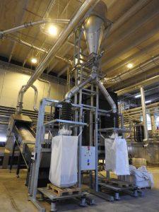 """Zuleitung der behandelten Flakes, Aufnahme in """"Big Bags"""" zur Weiterbeförderung  an die Extrusion. (Bildquelle_ B+B Anlagenbau)"""