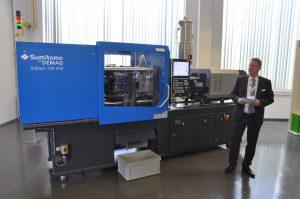 Thomas Brettnich, Leiter Verfahrenstechnik bei Sumitomo (SHI) Demag, erklärt die Eigenschaften der neuen Generation der vollelektrischen Spritzgießmaschine Intelect vor. (Bildquelle: David Löh/Redaktion Plastverarbeiter)
