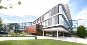 Zu den großen weltweit laufenden Projekten zählt die Erweiterung des Stammsitzes in Schwertberg. Im Süden des Werksgeländes sind 10.000 m² zusätzliche Nutzfläche entstanden. (Bildquelle: Engel)