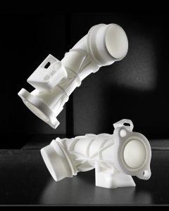 Ersatzteile aus PA6für einen Automobil-Hersteller. Es handelt sich dabei um Luftkanal-Elemente. (Bildquelle: FKM Sintertechnik)