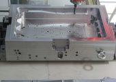 Nur noch knapp sechs Stunden für das Vor- und Fertigschlichten: Der auf der 5-Achs-Fräsmaschine Ecomill senkrecht auf einem Winkel gespannte Formenrahmen nach der Bearbeitung mit dem Wendeschneidplatten-Tonnenfräser GF1. (Bildquelle: MMC Hitachi Tool/HKR Werkzeugtechnik)