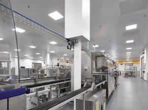 Die ersten installierten Spritzgussanlagen im neuen Reinraum (Bildquelle: IE Plast)