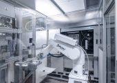 In der Großserienproduktion von Plastibell Haute-Savoie, Frankreich, sind die Teileentnahme an der Spritzgießmaschine und die komplette Weiterverarbeitung automatisiert. (Bildquelle: Plastibell)
