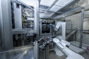 Der Roboter RX160 von Stäubli, Bayreuth, entlädt eine Spritzgießmaschine. Dazu entnimmt der Sechsachser zwei unterschiedliche Spritzgussteile in Viererlosen mit einem U-förmigen Vakuumgreifer aus dem Werkzeug und stellt sie für die weitere Verarbeitung bereit. (Bildquelle: Plastibell)