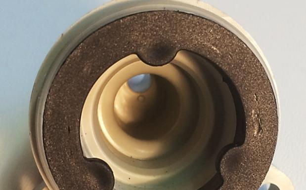 Fehlerhaft verschweißtes Teil mit Kraterbildung/Markierungen auf der Oberfläche