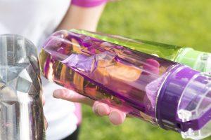 Der mechanisch stabile, hitzebeständige und chemikalienresistente Kunststoff erlaubt ein attraktives Design der Trinkflasche. (Bildquelle: Evonik)