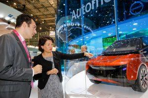Michelle Jou (r.), globale Leiterin des Segments Polycarbonates bei Covestro, erläutert auf der K 2016 die Anwendungspotenziale von Polycarbonat im Automobil. (Bildquelle: Covestro)