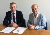 Rolf Sonderegger (r.), CEO Kistler Gruppe, und Dr. Heinrich Offergeld, bisheriger Inhaber und Geschäftsführer IOS GmbH, freuen sich über die zukünftige Zusammenarbeit. (Bildquelle: Kistler)