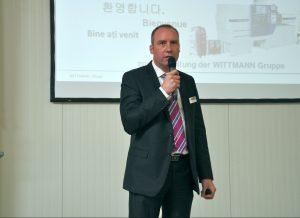 Michael Tolz, Niederlassungsleiter von Wittmann Robot Systeme in Nürnberg, eröffnete das Expertentreffen und begrüßte die Teilnehmer. (Bildquelle: David Löh/Redaktion Plastverarbeiter)