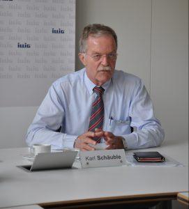 Karl Schäuble, Geschäftsführer von Illig, Heilbronn, spricht mit der anwesenden Fachpresse über das Unternehmen sowie die aktuellen technischen Entwicklungen im Bereich Thermoformen. (Bildquelle: David Löh/Redaktion Plastverarbeiter)