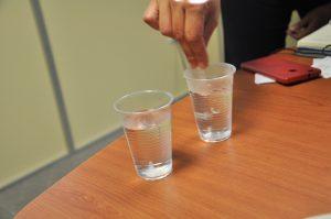 Das PVA lässt sich sich so einstellen, dass es sich nur bei einer bestimmten Temperatur in Wasser auflöst. Das warme Wasser im rechten Becher löst diesen PVA-Typ besser als das kalte im linken. (Bildquelle: David Löh/Redaktion Plastverarbeiter)