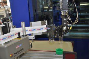Nach der Entnahme etikettierte der Roboter W 822 die Gläser noch mit einem Wittmann-Battenfeld-Schriftzug. (Bildquelle: David Löh/Redaktion Plastverarbeiter)