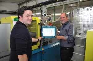 Michael Greive (rechts) und Marius Greive führen das Familienunternehmen in zweiter beziehungsweise dritter Generation. (Bildquelle: Ralf Mayer/Redaktion Plastverarbeiter)