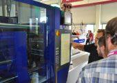 Ein Mitarbeiter von Wittmann Robot Systeme erklärt den Teilnehmern des Expertentags die Vorzüge der Spritzgießmaschinen-Steuerung Unilog B8. (Bildquelle: David Löh/Redaktion Plastverarbeiter)