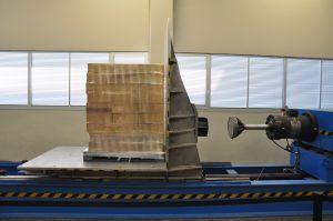 Ein großer Tätigkeitsbereich von Itene ist das Simulieren des Verhaltens von Verpackungen während des Transports. Das Testgerät für horizontale Beschleunigung sowie Aufschläge simuliert Beschleunigungswerte bis zu 0,8 g und Einschlaggeschwindigkeiten bis 4 m/s. (Bildquelle: David Löh/Redaktion Plastverarbeiter)