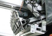 Blickfang der Kunststoff-Aufbereitungsanlage: Parallelogramm-Greifschieber (hier in Ruheposition) mit integrierter Messsensorik zum vollautomatischen Zuführen gestapelter Polypropylenplatten zur Zerkleinerungsmühle. (Bildquelle: alle Stöcker)